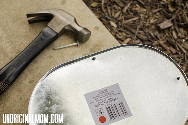 $3 bucket turned front porch planter!  |  unOriginalMom.com #impatiens #planter