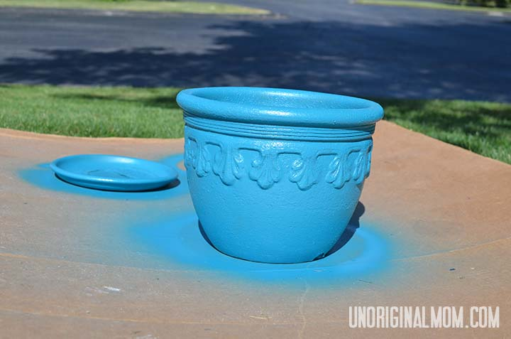 Spray paint a flower pot to give it new life!  |  unOriginalMom.com