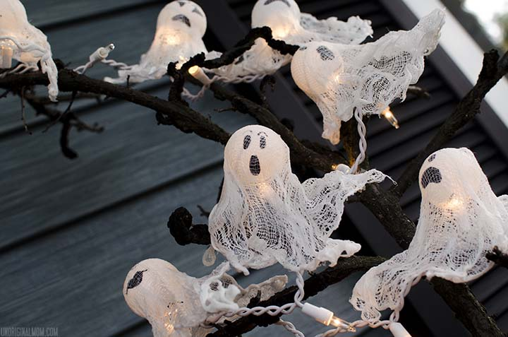 DIY Ping Pong Ball Ghost Lights with spooky Halloween tree  |  unOriginalMom.com