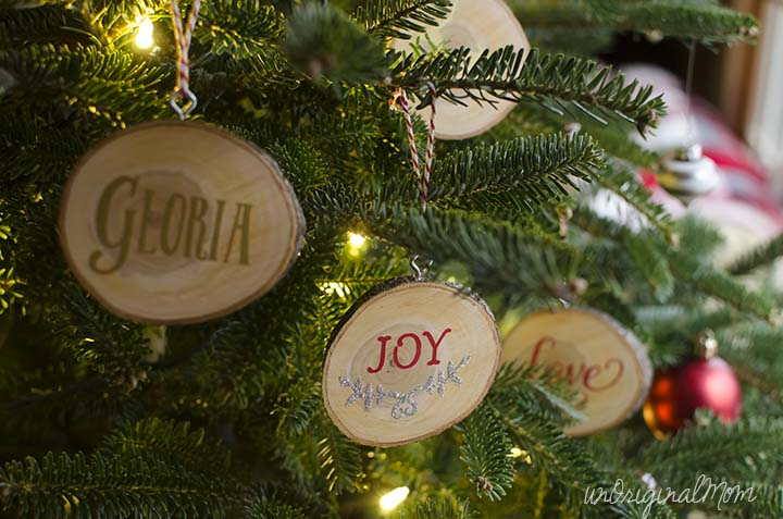 DIY wood slice ornaments with vinyl - so pretty, and would make great gifts!