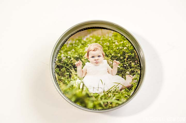 Upcycle your leftover mason jar lids with these super cute mason jar lid photo magnets! They'd make great gifts too!