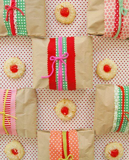 Looking for pretty, unique, and inexpensive ways to package up your homemade Christmas cookies and treats this year? Here's a great list of 15 different ways to package them!