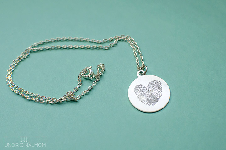 Make your own DIY etched fingerprint necklace with a Silhouette Curio - what a beautiful gift for a mom or grandma on Mother's Day or Valentine's Day!