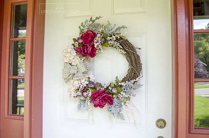 Create your own beautiful fall wreath in less than 30 minutes - you don't even have to use glue!   no-glue wreath tutorial   fall wreath   neutral fall wreath   fall front porch #fallwreath