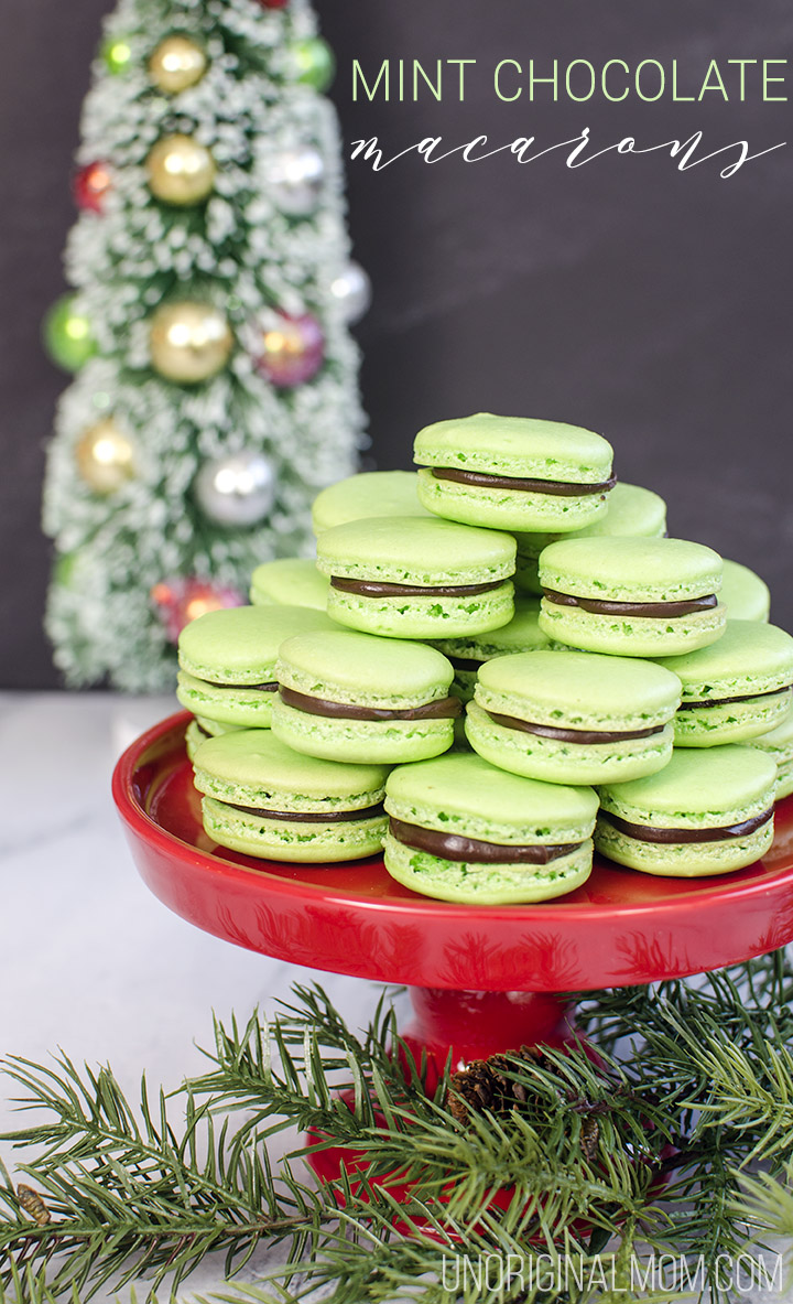 Mint Chocolate Macarons - mint flavored shell filled with chocolate mint ganache. YUM! Perfect for Christmas! #christmasmacarons #macarons #mintchocolatemacarons #christmastreats #handmadeholidays