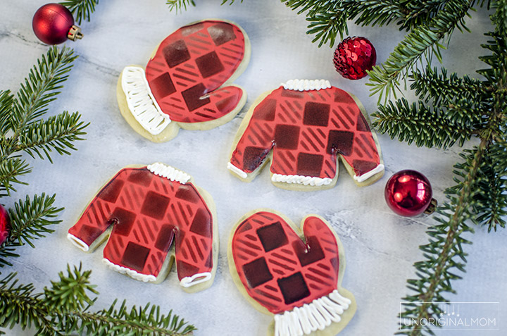 Make your own stenciled buffalo plaid cookies - no air brush required! #buffaloplaidcookies #silhouettecameo #freecutfile #cookiestencils #christmascookies #decoratedchristmascookies