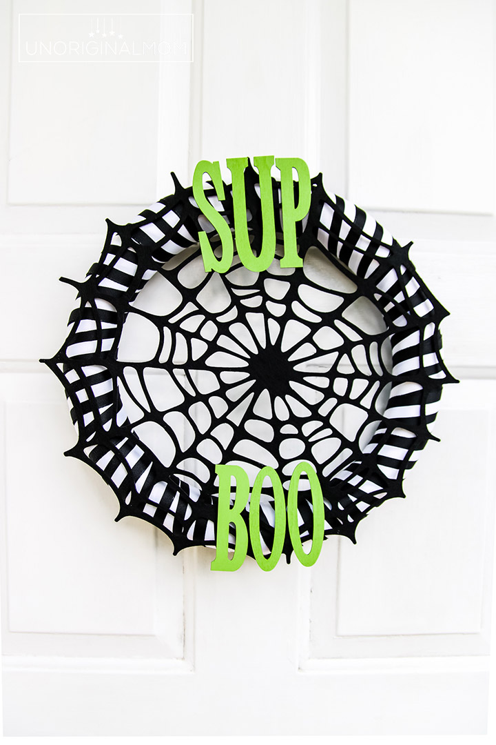 Quick and easy Halloween wreath tutorial #Halloween #HalloweenWreath